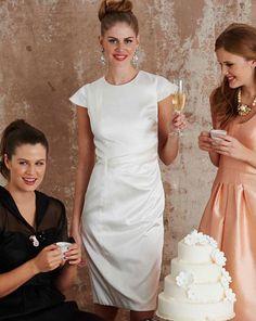 Das ideale Kleid fürs Standesamt: Das figurschmeichelnde Etuikleid schmückt sich mit strahlenförmigen Fältchen in der Taille und kleinen Flügelärmeln.