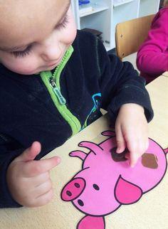 Differentiatie:  1. Bij het eerste spel dienen de kleuters evenveel moddervlekken op het varken te leggen zoals afgebeeld.  2. Bij het tweede spel wordt met een dobbelsteen gegooid of een aantal gezegd waarbij de kleuters vervolgens het juiste aantal vlekjes op het varken legt. - Juf Athina
