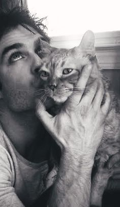 Ian Somerhalder Ok, I don't even like cats but this guy is perfect. He's gorgeous AND he loves animals! Vampire Diaries Memes, Vampire Diaries Damon, Vampire Diaries Poster, Ian Somerhalder Vampire Diaries, Vampire Daries, Vampire Diaries Wallpaper, Vampire Diaries The Originals, Joseph Morgan, Damon And Stefan