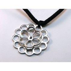 #Colgante #flor #lobulada doble en #plata. 37mm de diámetro. La flor pequeña gira sobre su eje. 11,62 grs Acabado brillo rodio Con collar de hilo negro trenzado.