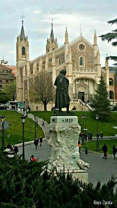 Easter would be the perfect day to visit the Iglesia de San Jerónimo in Madrid Places To Travel, Places To See, Travel Destinations, Amazing Places On Earth, Beautiful Places, Travel Around The World, Around The Worlds, Foto Madrid, Europe