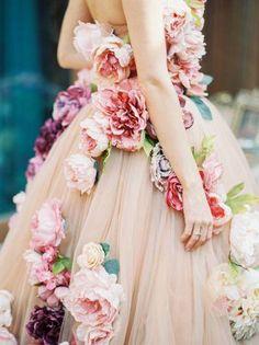 Liebe die Rosen auf diesem Brautkleid. Handgefertigte Stoffrosen auf Tüll - ein Traumkleid!