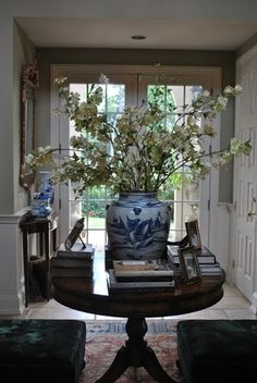 The Enchanted Home: 30 MORE reasons why blue and white ginger jars rock! Home Decor Design Entrée, Design Lounge, House Design, Interior Design, Design Ideas, Decoration Entree, Enchanted Home, Foyer Decorating, Decorating Ideas