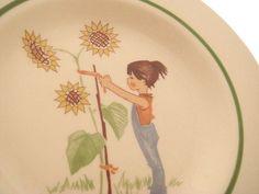 Süßer, tiefer DDR-Kinderteller / Suppenteller aus Keramik mit Blumenmädchen-Motiv aus den 70er Jahren.