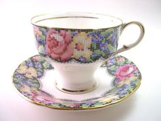 Antik 40er Paragon Teetasse und Untertasse, Paragon Teetasse Set mit Blumen, Englisch Tee Tasse Set, Nadel Punkt Blumenmuster. von AntiqueAndCrafts auf Etsy https://www.etsy.com/de/listing/188739582/antik-40er-paragon-teetasse-und