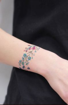 Discreet And Charming Wrist Tattoos You'll Want To Have. Classy, colorful and fe… Discreet And Charming Wrist Tattoos You'll Want To Have. Classy, colorful and feminine wrist bracelet tattoos Simple Wrist Tattoos, Meaningful Wrist Tattoos, Flower Wrist Tattoos, Wrist Tattoos For Women, Tattoos For Women Small, Small Tattoos, Tattoos For Guys, Tattoo Flowers, Classy Tattoos