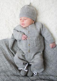 Vi har fått inn nye varer i nettbutikken, både hefter og ga Baby Boy Knitting, Knitting For Kids, Baby Knitting Patterns, Baby Patterns, Knitted Baby Cardigan, Knit Baby Sweaters, Knitted Baby Clothes, Cute Little Baby, Baby Kind