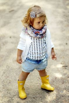 toddler girl outfit ideas scarf cardigan yellow rubber boots Pinner kleinkind mädchen outfit ideen s Fashion Kids, Little Girl Fashion, Toddler Fashion, Look Fashion, Fashion Boots, Toddler Girl Style, Toddler Girl Outfits, Baby Outfits, Look Girl