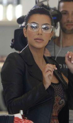 une emission de tele realite - reality TV show (Celebrity Kim Kardashian) Flat Top Sunglasses, Sunglasses Women, Kourtney Kardashian, Glasses Trends, Womens Glasses Frames, Eyewear Trends, Cute Glasses, Girl Glasses, Fashion Eye Glasses