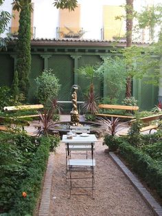 Café del Jardín. Museo del Romanticismo. Madrid - could do this along a back fence for privacy.