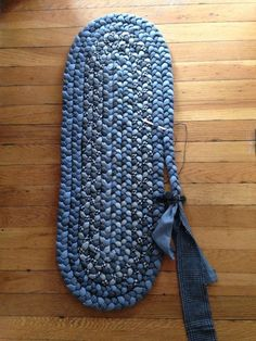 The rug called – יצירה – – Braided Rugs Jean Crafts, Denim Crafts, Sewing Hacks, Sewing Crafts, Sewing Tips, Blue Jean Quilts, Homemade Rugs, Braided Rag Rugs, Denim Rug
