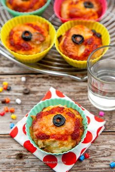 BRIOSE PIZZA   Diva in bucatarie Ketchup, Muffin, Pizza, Breakfast, Food, Morning Coffee, Essen, Muffins, Meals