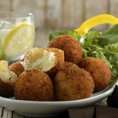 The recipe for breaded potato balls is the perfect, easy, rich tasting and economic snack. The potato balls are very simple to prepare, and with a very rich flavor. It is a delicious mashed potato that is breaded and fried. Mexican Snacks, Mexican Food Recipes, Ethnic Recipes, Fried Mashed Potatoes, Yummy Treats, Yummy Food, Chilean Recipes, Food Cravings, Holiday Recipes