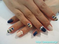 ネイビーとオフホワイトに迷彩アート  Camo, Pearl Art, it is epidemic is jammed nail. Navy, is monochromatic painted in off-white, it was a few camouflage Art. Ring finger is decorated with large pearl the base, other nails embellished with gold studs.