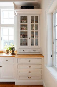 Benjamin Moore Atrium White. Benjamin Moore Crisp White Cabinet Paint Color. Benjamin Moore Atrium White. #BenjaminMooreAtriumWhite