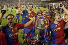 Xavi y Puyol con la Copa del Rey conseguida en Mestalla en 2009
