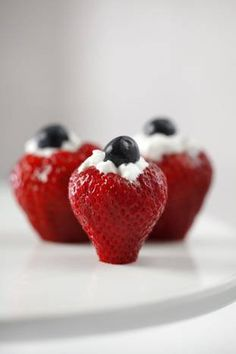 Strawberry soldiers combine strawberries, blueberries, whipped cream, and Grand Marnier. Holiday Recipes, Great Recipes, Favorite Recipes, Appetizer Salads, Appetizers, Honey Bbq, Strawberry Recipes, Dessert Recipes, Desserts
