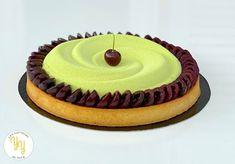 Cette semaine, je vous propose une tarte pistache griotte composée: - d'une pâte sablée - d'une crème pistache - d'une compotée de griottes - d'une bavaroise pistache - de griottes fraiches