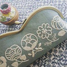 この間の刺繍、眼鏡ケースにしました(^-^)でも、三連休の帰省の時に母への貢ぎ物(お土産)にしたので手元にはございません(T_T)また作ろ…#刺繍 #handmade #樋口愉美子#樋口愉美子のステッチ12か月 #がま口 #眼鏡ケース Modern Embroidery, Hand Embroidery Designs, Floral Embroidery, Embroidery Patterns, Crochet Stitches, Embroidery Stitches, Frame Purse, Purses And Bags, Needlework