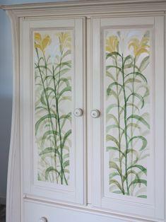 dulap antichizat și decorat