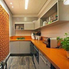 Uma cozinha vibrante. Esta bancada inteira na cor laranja é o grande destaque. Sendo uma cor quente o laranja faz mais do que aquecer o ambiente ativa a espontaneidade a agilidade mental criatividade e diversão. Tudo a ver com reunir os amigos com boa comida. Inspire-se! @OlhardeMahel #arquiteturadeinteriores #cozinha #kitchendecor #bancada #decor #OlhardeMahel #fpolhares #cozinhaamericana #cozinhadecor #designdeinteriores #instagram #pinterest #kitchendesign #facebook #kitchen #decoração…