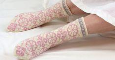 Osallistu Roosa nauha -kampanjaan neulomalla sukat. Jokaisesta myydystä Roosa nauha -sukkalankakerästä lahjoitetaan 80 senttiä Syöpäsäätiölle rinta... Socks, Fashion, Moda, Fashion Styles, Sock, Stockings, Fashion Illustrations, Ankle Socks, Hosiery