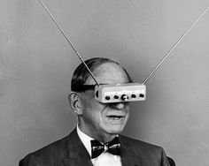 "L'inventore americano Hugo Gernsback indossa un paio di ""television eyeglasses"", 1963"