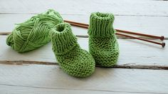 A free pattern for knitting Newborn Baby Booties, step by step. This is a great project for beginners: Easy, quick and fun to knit with straight needles. So Woolly. Baby Booties Knitting Pattern, Baby Knitting Patterns, Baby Patterns, Baby Doll Clothes, Doll Clothes Patterns, How To Start Knitting, Baby Socks, Garter Stitch, Booty