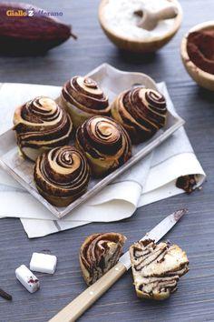 L'alternativa alle tradizionali #brioches, sono queste morbide spirali al #cacao e #vaniglia (chocolate swirl buns)! #ricetta #GialloZafferano #italianfood #italianrecipe