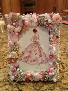 Vintage Jewelry Crafts What a great idea. Use Grandma's old jewelry. What a great memory. Jewelry Frames, Jewelry Tree, Button Art, Button Crafts, Jewelry Christmas Tree, Vintage Jewelry Crafts, Frame Crafts, Diy Gifts, Picture Frames