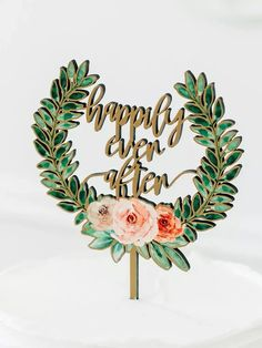 Wooden topper with 'happily ever after' in gold script bordered by green wreath with pink florals Baseball Wedding Cakes, Country Wedding Cakes, Rustic Wedding Cake Toppers, Dog Cake Topper, Custom Cake Toppers, Silhouette Wedding Cake, Acrylic Cake Topper, Green Wreath, Script