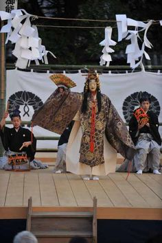 Noh performance (with Shinto paper in foreground)薪御能 一日目 : 奈良能公演日誌