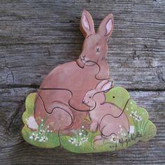 Puzzle animaux en bois  : maman  lapin et son petit, peint en  marron, en bois d' aulne