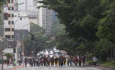 Centro de SP tem 'chuva de bombas' em protestos contra plano de escolas - 04/12/2015 - Educação - Folha de S.Paulo