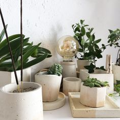 Hand made concrete lamps and pots Concrete Lamp, Lamps, Planter Pots, Objects, Handmade, Bonito, Lightbulbs, Hand Made, Light Fixtures