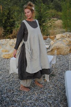 lovely pinafore apron with gatherine pockets...will have to find or make pattern