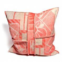 Prachtig handgemaakt kussen van een wollen deken. #kussen #deken #wol #pillow…