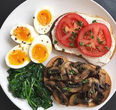 I woke up feeling extra hungry today so I'm fueling up with a bi. I woke up feeling extra hungry today so I'm fueling up with a big breakfast. Two pas - Healthy Meal Prep, Healthy Snacks, Healthy Eating, Healthy Drinks, Plats Healthy, Spinach Egg, Vegetarian Recipes, Healthy Recipes, Think Food