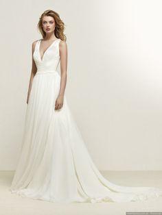 Para desprender naturalidad y sencillez, los diseñadores nupciales te lo ponen muy fácil porque entre sus diseños encontrarás varios vestidos de novia sencillos que se adaptan a lo que estás buscando para tu casamiento.