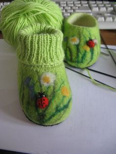 How to make wetfelted little boots - Handmade-kursy ,wzory ,tutoriale: Filcowanie na mokro-buciki Nuno Felting, Needle Felting, Yarn Crafts, Felt Crafts, Felt Boots, Felt Baby, Felting Tutorials, Knitting Projects, Baby Knitting