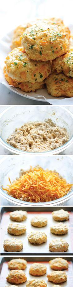 Perejil, ajo en polvo, harina para todo uso, Levadura en polvo, pimienta de cayena, sal, azúcar, mantequilla sin sal, suero de leche y queso Cheddar.