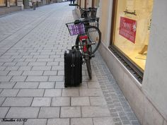 Typical Salzburg, everywhere bikes. But I never seen before, that somebody furls bike and suitcase together :-) Salzburg, Golf Bags, Suitcase, Beautiful Places, Bike, Bicycle, Bicycles, Briefcase