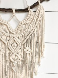 Choosing the best make-up case is important for the organization of your cosmetic products. Hippie Style, Style Boho, Décor Boho, Macrame Art, Macrame Patterns, Wall Hanger, Cool Things To Make, Purses And Handbags, Boho Decor