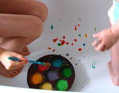 Voici une activité sensorielle qu'on aime particulièrement : la bainture, ou peinture dans la baignoire. L'idée, c'est de fabriquer de la peinture soi même (elle est comestible, si vous l'utilisez ...