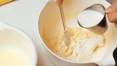 Valmista taikina. Vatkaa margariini ja sokeri kuohkeaksi ja lisää keltuaiset yksitellen edelleen vatkaten. Sekoita leivinjauhe vehnäjauhoihin. Lisää jauhot vuorotellen maidon kanssa margariinivaahtoon. Levitä seos pellille leivinpaperin päälle. Margarita, Icing, Desserts, Food, Tailgate Desserts, Meal, Dessert, Eten, Margaritas