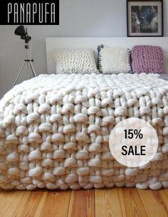 Chunky tricot jet, couverture de laine épaisse, couverture tricot géant Il s'agit d'un luxueux jet fait à la main, ce qui est tricoté par mes soins à la main à l'aide de très grosses aiguilles et laine mérinos non filées. En raison de matériaux naturels, l'artisanat traditionnel à la main et taille du motif extrême le lancer rend votre chambre look contemporain et confortable en même temps. C'est un produit écologique naturel, antyalergic et environnement. Laine mérinos est le genre plus…