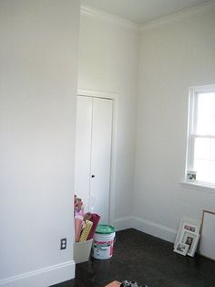Paint Color: Sherwin Williams / Dover White in pictured in a bedroom. Cabin Paint Colors, Kitchen Paint Colors, Paint Colors For Home, Wall Colors, Colours, Interior House Colors, Interior Design Tips, Sherwin Williams Dover White, Paint Combinations