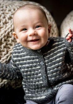 Drenge baby trøje med struktur mønster og strib strikket i den ultra bløde lækre uldgarn fra Bumbo, Bumbo Baby Uld.