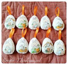 Kézzel varrt, pihe-puha filcből készült tojások. Tojásfára tehető, vagy ajándékba is adható . Felt, Cake, Desserts, Design, Tailgate Desserts, Felting, Deserts, Kuchen, Feltro