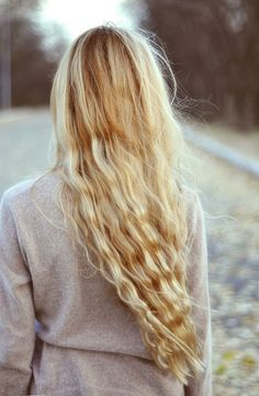 // Long blonde waves